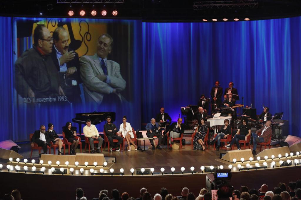 Maurizio Costanzo Show, Belen Rodriguez canta con Renzo Arbore