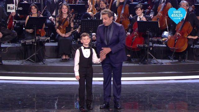 Flavio Insinna conduttore Prodigi con un piccolo concorrente