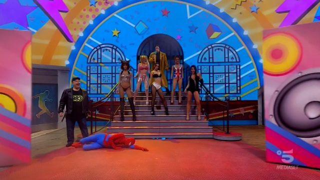 Ciao Darwin 8 replica 3 aprile Spiderman