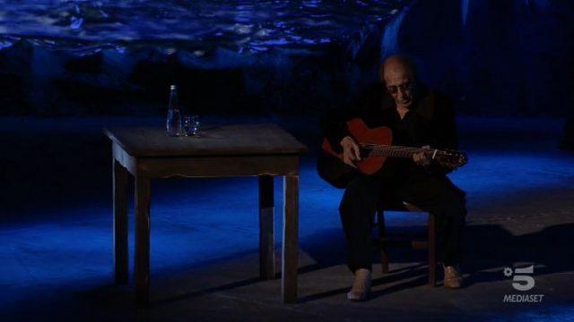 Adriano Celentano apre la puntata suonando e cantando Una carezza in un pugno