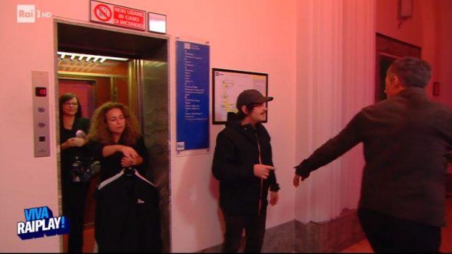 Viva RaiPlay! - Fiorello incontra Calcutta nei corridoi di Via Asiago