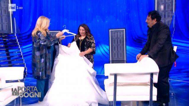 La porta dei sogni diretta 28 dicembre - Enrico Brigano regala i lvestito da sposa a Diana