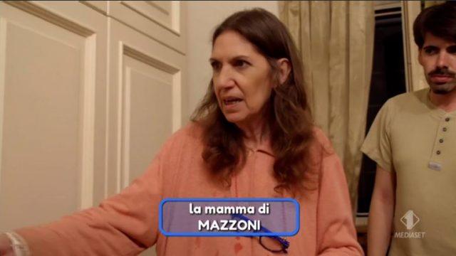 La mamma di Mazzoni ospite nella villa in apertura di puntata