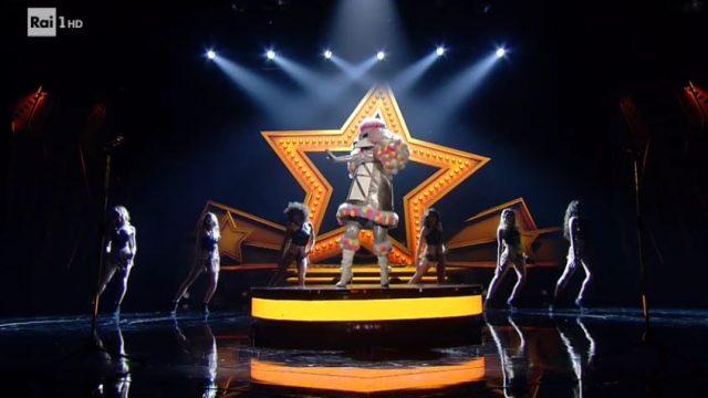 L'esibizione del barboncino alla seconda puntata de Il cantante mascherato