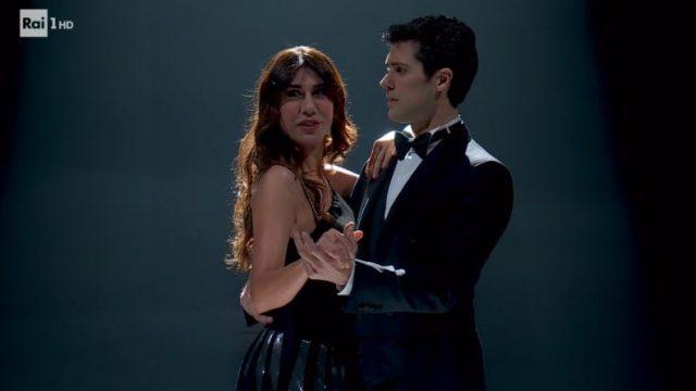 Ospite Virginia Raffaele balla con Roberto Bolle