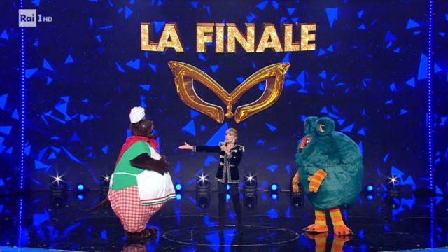 La finale de Il cantante mascherato - La sfida tra il mastino napoletano e il mostro - Il mastino in finale eliminato il mostro che è Fausto Leali
