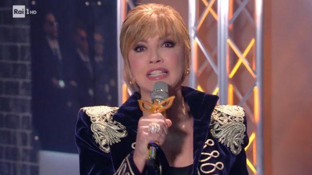 Milly Carlucci presenta i cantanti mascherati