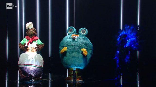 Il pubblico tramite voto sui social network salva il mastino napoletano e il mostro. Eliminato il pavone dietro cui si celava Emanuela Aureli