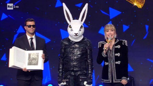 Il cantante mascherato diretta 31 gennaio - Il coniglio durante la finalissima