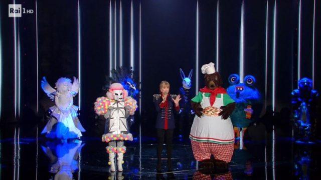 Il cantante mascherato 17 gennaio diretta - Voto sui social network vinto dall'angelo, sfida finale tra la maschera del barboncino e quella del mastino napoletano