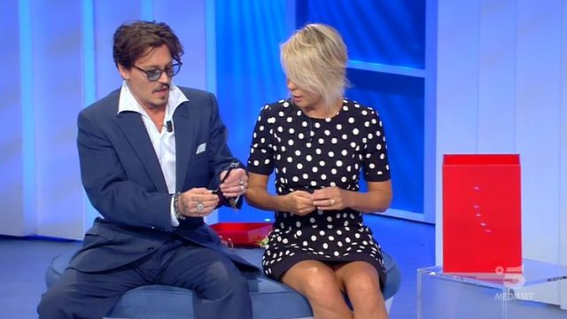 Maria De Filippi intervista l'ospite Johhny Depp