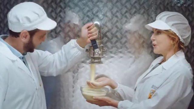 Claudia Gerini in visita nello stabilimento De Cecco tasta la semola a grana grossa