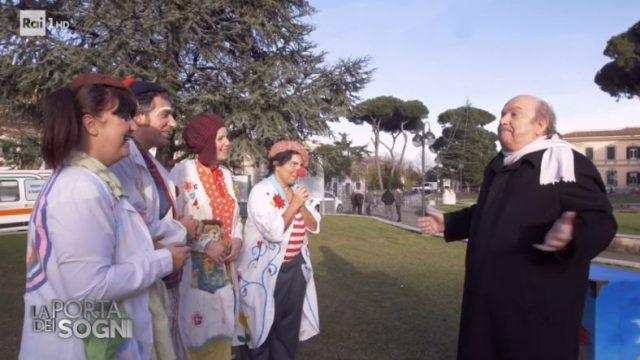 La porta dei sogni 3 gennaio - Lino Banfi regala la clown mobile ai bambini