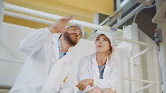 Claudia Gerini e il responsabile De Cecco osservano l'essiccatura