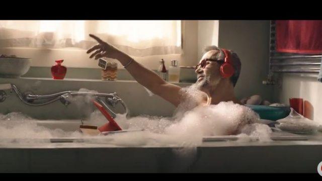 Spot in TV Vodafone - Chef Barbieri fa il bagno in vasca con le cuffie e il tablet