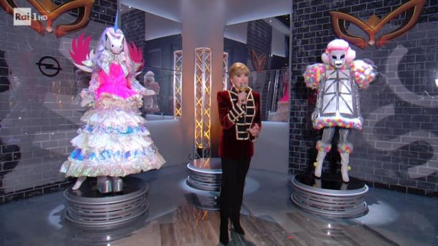 Milly Carlucci apre la semifinale de Il Cantante mascherato con la sfida tra coniglio e mastino