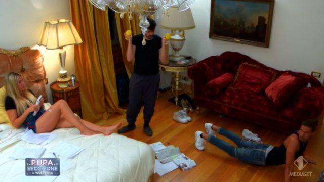 Marco in camera con Mazzoni e Angelica