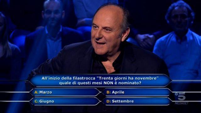 Gerry Scotti legge la prima domanda a Beatrice Amorosi