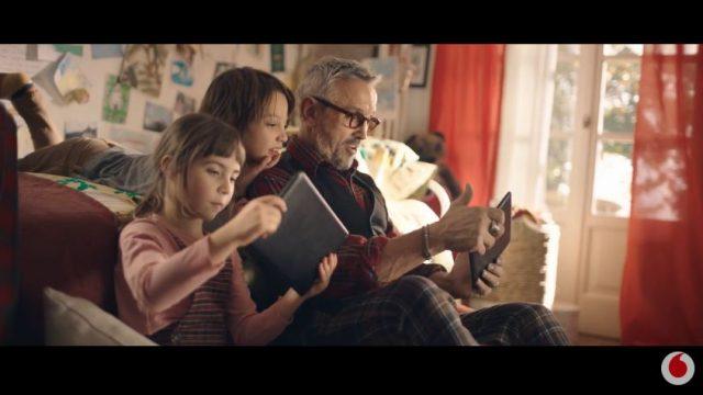 Chef Barbieri gioca con i ragazzi sul divano utilizando i tablet