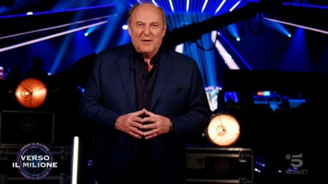Gerry Scotti apre la puntata dal backstage - Enrico Remigio in camerino con i genitori