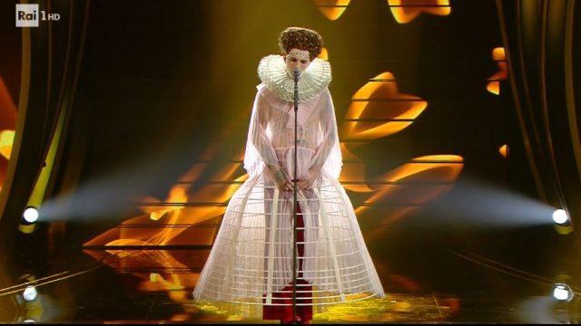 Sanremo 2020 diretta quinta serata 8 febbraio - Achille Lauro vestito da regina Elisabetta I