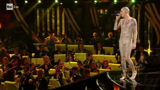 Achille Lauro sul palco rimane in tutina e lustrini - Dopo di lui Diodato canta Fai rumore