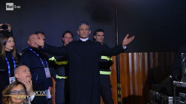 Sanremo 2020 diretta 4 febbraio - Fiorello apre Sanremo 2020 vestito da sacerdote