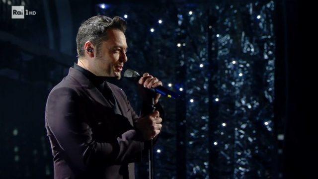 Sanremo 2020 diretta 4 febbraio - Tiziano Ferro canta Almeno tu nell'universo - Il monologo di Diletta Leotta sulla bellezza