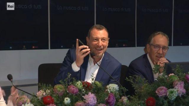 Amadeus commenta la terza serata - Roberto Benigni telefona durante la conferenza stampa