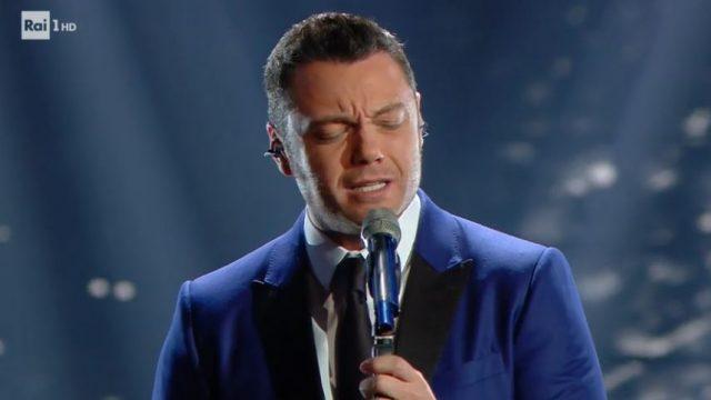 Sanremo 2020 diretta 4 febbraio - Tiziano Ferro canta Accetto miracoli