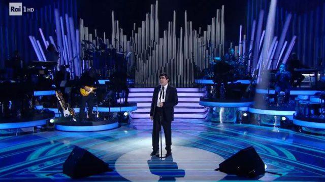 Una storia da cantare 2 diretta 15 febbraio - Elio canta 24mila baci di Adriano Celentano