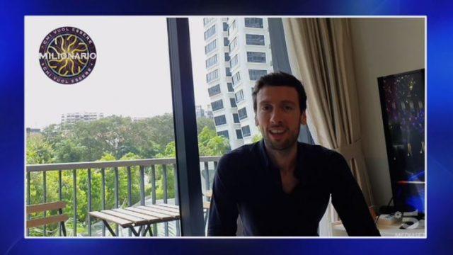 Chi vuol essere milionario diretta 12 febbraio - Il saluto di Enrico Remigio da Singapore