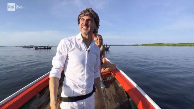 I concorrenti arrivano in barca - Enzo Miccio