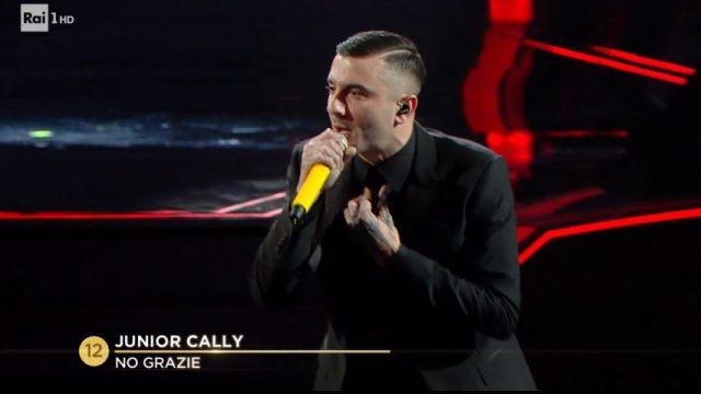 Junior Cally canta no grazie