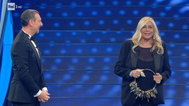 Sanremo 2020 look 8 febbraio Mara Venier con le chiavi dell'Ariston