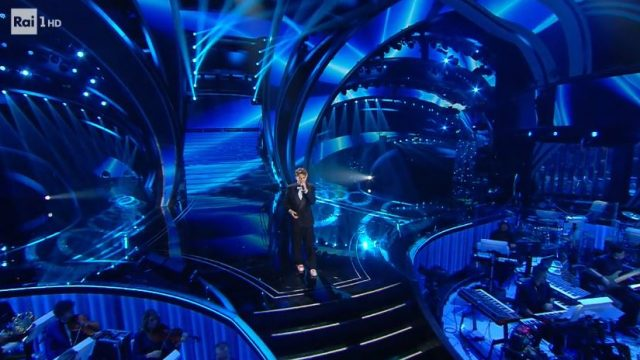 Ricki canta nella diretta della quinta serata di snaremo 2020