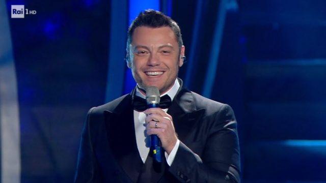 Sanremo 2020 diretta 4 febbraio - Amadeus presenta Tiziano Ferro ospite fisso Canta Nel blu dipinto di blu - Inizia la gara dei big con Irene Grandi