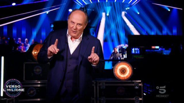Gerry Scotti apre l'ultima puntata dal backstage - Laura Leonardi riparte dall'undicesima domanda