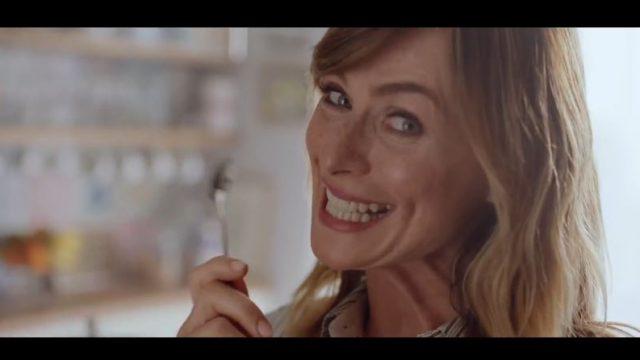 Serena Autieri Spot in TV Caffè Kimbo getta cucchiaino