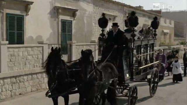 Il giovane Montalbano 2, trama episodio L'uomo che andava appresso ai funerali