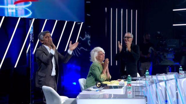 Un momento della standing ovation per Loretta Goggi