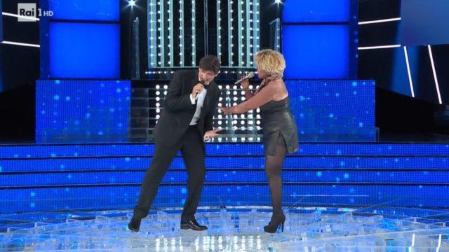 Barbara Cola canta con Gianni Morandi