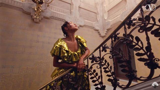 Una giovane artista nel video della pubblicità Valentino