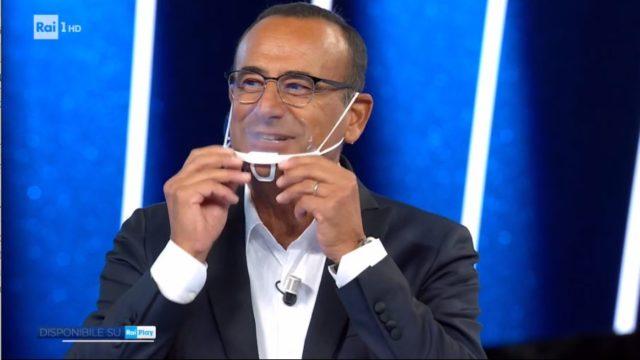 Carlo Conti mostra la mascherina trasparente