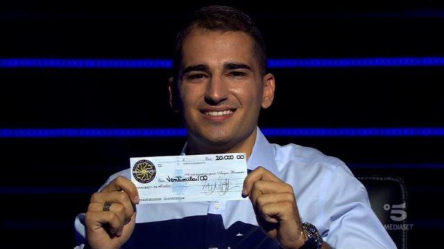 Jona Motta con l'assegno da 20mila euro