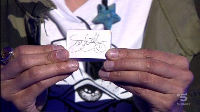 Chi vuol essere milionario 8 ottobre - Sara Ricciardo mostra l'autografo di Gerry Scotti