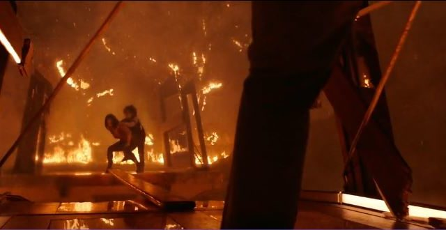 Skyscraper film Canale 5- Sarah Sawyer salva il figlio dalle fiamme
