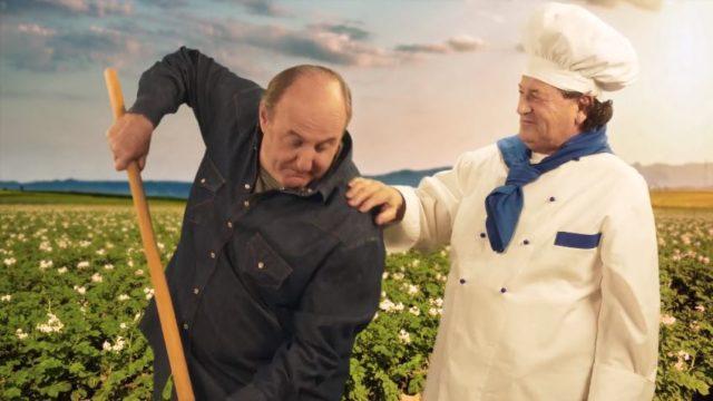 Gerry Scotti zappa nella pubblicità delle patatine Pata