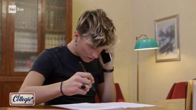 Il Collegio 5 diretta 3 novembre SImone Bettin telefona durante il test d'ingresso