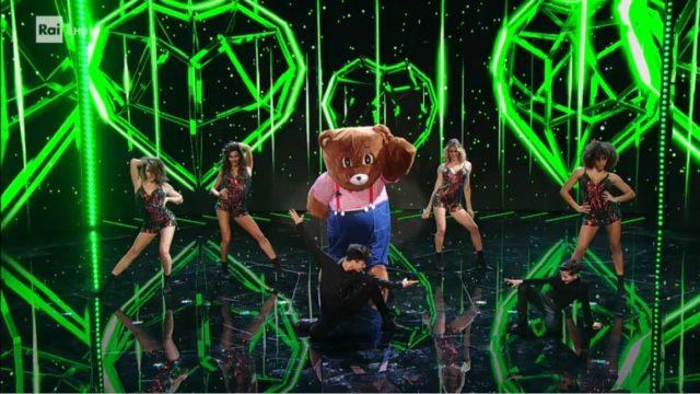 il cantante mascherato 12 febbraio esibizione orsetto